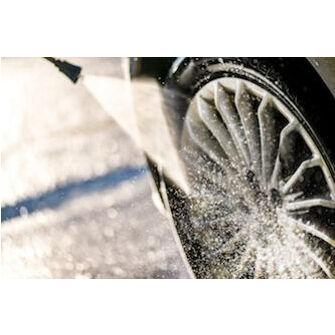 Noircir des pneus de voiture